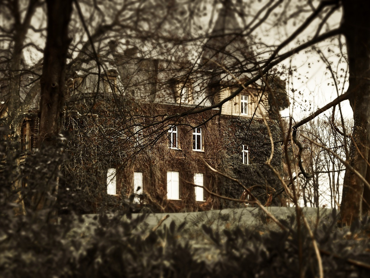 haunted-house-1124241_1280
