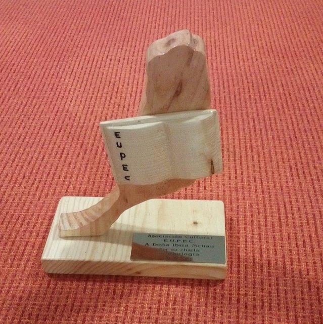 Talla de madera entregada a la escritora Ibiza Melián